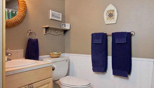 Captain's Quarters ensuite